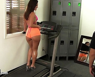Big gazoo gym babe takes a big jock!